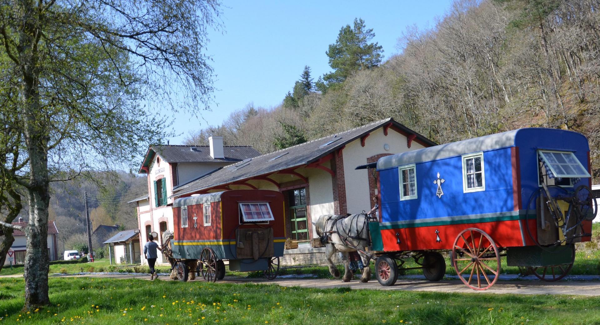 Les roulottes d'A l'Ouest devant le gîte d'étape de la gare